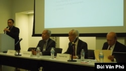 Giáo sư Tường Vũ giới thiệu cựu Tổng trưởng Thương mại và Kỹ nghệ Nguyễn Đức Cường, bên trái, cựu Tổng trưởng Kinh tế Phạm Kim Ngọc và cựu Thứ trưởng Canh nông Trần Quang Minh (ảnh Bùi Văn Phú)