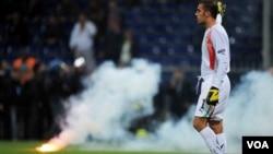 Pertandingan kualifikasi Euro 2012 antara Italia dan Serbia dihentikan wasit di menit ke 7 hari Selasa (12/10) karena pendukung Serbia melempar petasan dan kembang api ke lapangan. Federasi Sepakbola Italia menolak pertandingan ulangan.