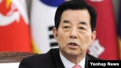 한민구 한국 국방부 장관이 6일 국방부 청사에서 출입기자단 공동인터뷰를 하고 있다.