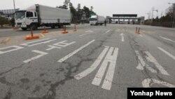 지난달 28일 북한이 서해지구 군 통신선을 단절한 가운데, 경기도 파주시 경의선남북출입사무소에서 개성공단 차량이 입경하고 있다.