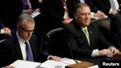 El director de la CIA, Mike Pompeo, derecha, afirma que no tienen evidencia suficiente para afirmar de los supuestos vínculos de los llamados colectivos con grupos terroristas internacionales.