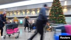 伦敦盖特威克机场的旅客(资料图)