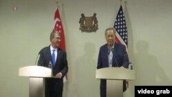 美國防長卡特與東道主新加坡防長黃永宏見面,並且在會見後共同會見了記者。(視頻截圖)