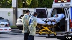 Një pacient duke u transferuar nga spitali