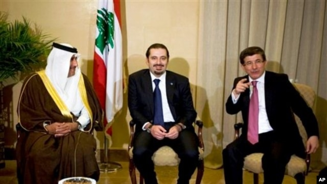 Lebanese caretaker Prime Minister Saad Hariri, center, meets in Beirut with Qatari Prime Minister Sheikh Hamad bin Jassim bin Jabr Al-Thani, (l), and Turkish Foreign Minister Ahmet Davutoglu (r), Jan 18 2011