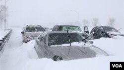 Por primera vez en años, la célebre ruta Lake Shore Drive en Chicago tuvo que ser cerrada.