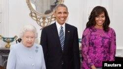 영국을 방문한 바락 오바마 미국 대통령(가운데)과 영부인 미셸 오바마(오른쪽)가 22일 영국 왕실의 별궁인 윈저궁에서 90세 생일은 맞은 엘리자베스 2세 영국 여왕과 면담했다.