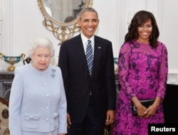 Britain's Queen Elizabeth II (left) stands with the President and First Lady of the United States Barack Obama and his wife Michelle, in the Oak Room at Windsor Castle ahead of a private lunch hosted by the Queen, in Windsor, Britain, April 22, 2016.