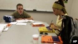 波士頓的一個課堂上進行TOEFL托福課的教學。 (資料圖片)