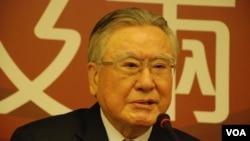 國民黨前中評會主席邱進益表示,台灣反服貿抗議是「溫水煮青蛙」現象.(美國之音湯惠芸)