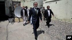 아프가니스탄 대통령 선거에 출마한 압둘라 압둘라 후보가 18일 카불에서 기자회견을 열고 '선거 부정' 의혹을 제기했다.