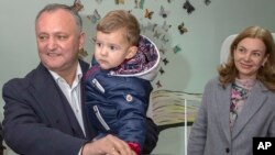 Игорь Додон с сыном Николаем и супругой Галиной. Кишинев, Молдова. 30 октября 2016 г.