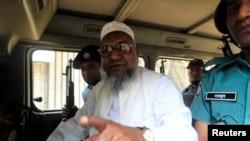 İslamcı muhalefet lideri Abdülkadir Molla polis aracında gazetecilere konuşurken