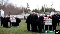 Dua tim pemakaman militer AS tengah memakamkan dua pelaut Amerika yang kerangkanya ditemukan di kapal USS Monitor yang tenggelam tahun 1862, dan ditemukan tahun 2002. Kedua pelaut ini dimakamkan di TMP Arlington (8/3).