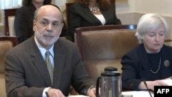 Chủ tịch Fed Ben Bernanke (trái) dự cuộc họp hôm 26/8/11