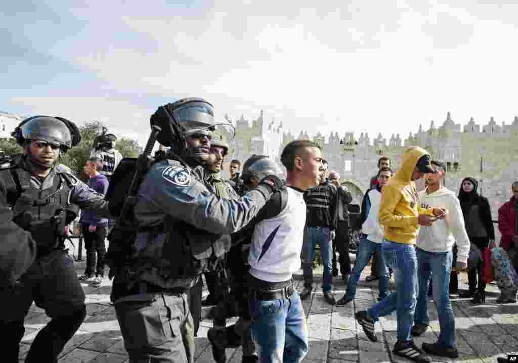 16일 예루살렘에서 아크사 회교 사원에서 이스라엘군과 이슬람 교도간의 충돌이 발생한 가운데, 팔레스타인 항의자들을 억류하는 이스라엘 경찰관들.