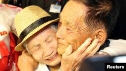 20일 금강산호텔에서 열린 제21차 남북 이산가족 단체상봉 행사에서 남측 이금섬(92) 할머니가 아들 리상철(71)을 부둥켜 안고 오열하고 있다.