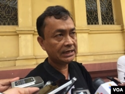 FILE: Hem Socheat, Um Sam An's lawyer, talks to reporters on September 21, 2016. (Kann Vicheika/VOA Khmer)