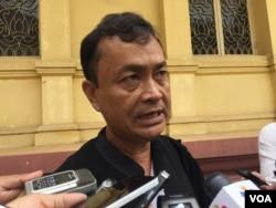 FILE: Hem Socheat, Um Sam An's lawyer, talks to reporters on September 21, 2016. (Kann Vicheika/VOA Khmer)