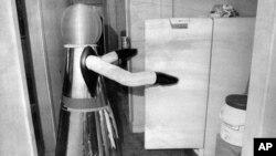 En la foto un robot de Quasar Industries, de Rutherford, New Jersey, llamado androide doméstico. De 1977, el asistente robótico podía servir la cena, aspirar la alfombra y vigilar a los niños. Ahora Amazon estaría preparándose a lanzar su propio robot doméstico.