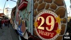 圣诞卡车游行29周年(美国之音国符拍摄)