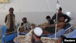 Des Afghans soignés dans un hôpital de la province de Kunduz en Afghanistan, le 3 avril 2018.
