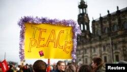 Des opposants au mouvement islamophobe Pegida manifestant à Dresde, en Allemagne, le 6 février 2016. (REUTERS/Hannibal Hanschke)