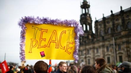 Penentang gerakan anti-Islam Pegida berkumpul saat demonstrasi di Dresden, Jerman, 6 Februari 2016.