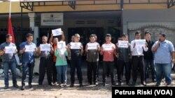 LBH se Jawa Timur dan aktivis anti korupsi menggelar aksi keprihatinan di depan kantor LBH Surabaya, Jumat 23 Januari 2015 menolak kriminalisasi KPK (Foto: VOA/Petrus)