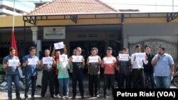 Selain di Jakarta, dukungan pada KPK juga terlihat di banyak wilayah di Indonesia, termasuk di Jawa Timur, di mana anggota LBH se Jawa Timur dan aktivis anti korupsi menggelar aksi keprihatinan di depan kantor LBH Surabaya, menolak kriminalisasi KPK (23/1).