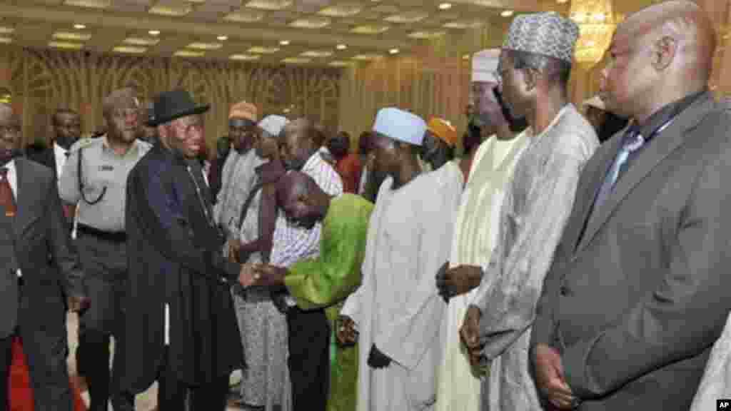 Le président du Nigeria, Goodluck Jonathan, recoive les parents des filles enlevées du lycée de Chibok, au Nigeria, le 22 juillet 2014.