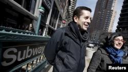 """Comédien et directeur du documentaire """"Les musulmans arrivent"""", Dean Obeidallah ( à gauche) et Negin Farsad sont à Manhattan, New York, le 7 mars 2016."""