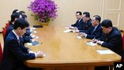 朝鲜劳动党中央委员会副委员长金永哲(右二)2018年3月5日在平壤会见到访的韩国代表团。(韩国总统府青瓦台通过韩联社发布照片)