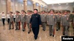 8일 김일성 주석 20주기를 맞아 김정은 국방위원회 제1위원장(가운데)이 금수산 태양궁전을 방문했다.