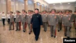 Pemimpin Korea Utara Kim Jong-un (tengah) mengunjungi Istana Kumsusan dalam peringatan HUT ke-20 wafatnya pendiri negara itu, Kim Il-sung di Pyongyang (8/7).
