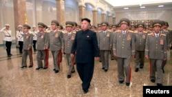 Lãnh tụ Bắc Triều Tiên Kim Jong Un đi khập khiễng trong buổi lễ tưởng niệm 20 năm ngày mất của ông nội Kim Il Sung, người sáng lập đất nước Bắc Triều Tiên, ngày 8/7/2014.