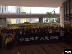 九名占中领导人和支持者呼喊占中口号 (美国之音记者申华 拍摄)