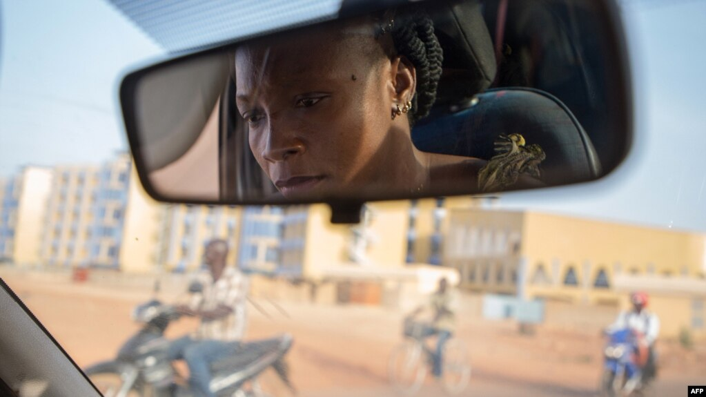Bibata Gansgne, conductrice de taxi dans les rues de Ouagadougou, le 1er mai 2018.