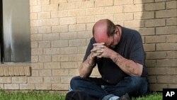 Un hombre reza ante la unidad de urgencias del Medical Center Hospital en Odessa, Texas, el sábado 31 de agosto de 2019 tras un tiroteo en la zona de Odessa y Midland, en el oeste de Texas. (Mark Rogers/Odessa American via AP)