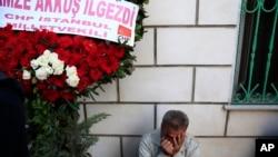 Un homme pleure lors des funérailles de victimes d'attaques à la bombe, Istanbul, le 12 octobre 2015. (AP Photo/Lefteris Pitarakis)