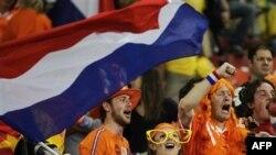 Cổ động viên Hà Lan vui mừng khi 'Cơn lốc màu cam' của họ đánh bại Brazil ở tứ kết trên sân Nelson Mandela Bay ở Port Elizabeth, Nam Phi, ngày 2 tháng 7, 2010.