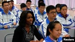 Ðệ nhất Phu nhân Michelle Obama đến thăm một trường trung học ở tỉnh Tứ Xuyên, tây nam Trung Quốc, ngày 25/3/2014.