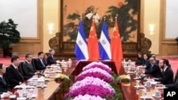 薩爾瓦多總統布克爾(右)與中國國家主席習近平(左二)2019年12月3日在人民大會堂舉行會談。