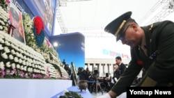 23일 한국 서울 용산구 전쟁기념관에서 열린 연평도 포격 도발 5주기 행사에서 유족들과 관계자들이 헌화하고 있다.