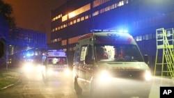 Ambulan mengangkut para korban kecelakaan di pertambangan Myslowice-Wesola, dekat kota Katowice, Polandia selatan ke rumah sakit terdekat, Senin malam (6/10) waktu setempat.