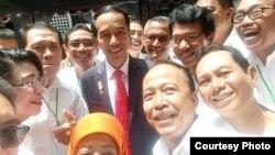 Jokowi bersama kawan-kawan satu angkatan dalam reuni 2017. (foto: Sugito)