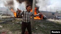 Un hombre afgano habla sobre la explosión en Kabul este 31 de mayo.