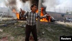2017年5月31日喀布尔使馆区发生巨大卡车炸弹爆炸事件,一名现场的男子惊恐不安。