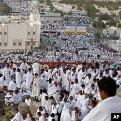 ក្រុមអ្នកកាន់សាសនាអ៊ីស្លាម បួងសួងនៅលើ Mount Mercy នៅតំបន់ទំនាប Arafat ក្នុងកំឡុងពេលពិធី haj ប្រចាំឆ្នាំ នៅខាងក្រៅទីក្រុងសាសនា Meca នៃអារ៉ាប៊ីសាអូឌីត កាលពីថ្ងៃទី៥ វិច្ឆិកា ២០១១។