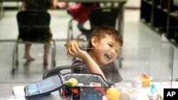 Yon tigason, Bruce McCall, 5 kan, k ap jwe nan yon pwogram dete pou timoun nan Legendary Blackbelt Academy, nan vil Richardson, Eta Tegzas, 19 me 2020. (Foto: AP/LM Otero).